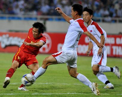 Tấn Tài và đồng đội đã chơi khá tốt trong hiệp một, nhưng không đủ sắc để xuyên thủng hàng phòng ngự chắc chắn của Bắc Triều Tiên. Ảnh: Hoàng Hà.