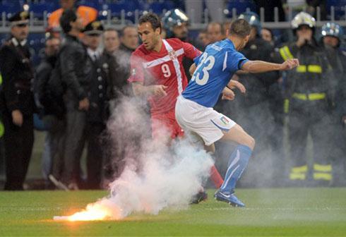 Italy (áo xanh) được hưởng lợi từ sự cố mà các CĐV Serbia gây ra. Ảnh: AFP.