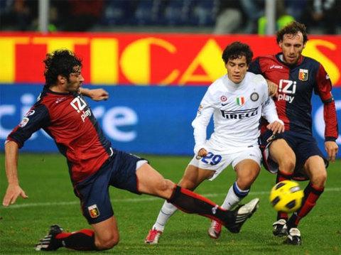 Sự trưởng thành của Coutinho (áo trắng) giúp Inter không bị hẫng hụt vì chấn thương của những trụ cột như Milito hay Pandev. Ảnh: AFP.