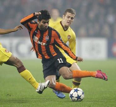 Eduardo (áo sọc) ghi hai bàn liên tiếp trong hai lần gặp lại Arsenal.