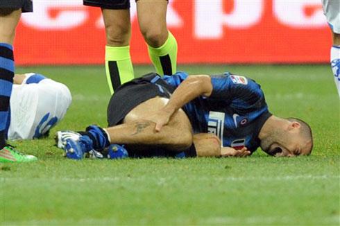 Samuel vật vã đau đớn sau khi ngã xuống. Ảnh: AFP.