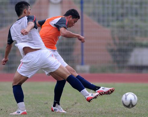 Các cầu thủ U23 Việt Nam trong buổi tập tại Quảng Châu. Ảnh: Minh Thu.