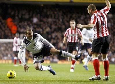 Van der Vaart (áo trắng) tiếp tục lập công, nhưng Tottenham đã không thắng.