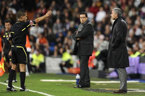 Mourinho bị yêu cầu rời khỏi khu vực chỉ đạo.