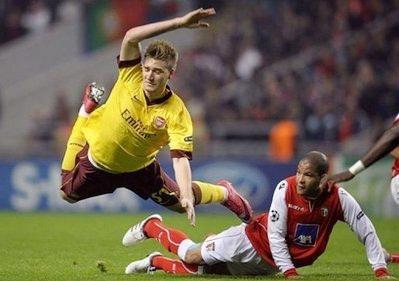 Thêm một cú ngã đau của Arsenal (áo vàng) trong thời gian gần đây.