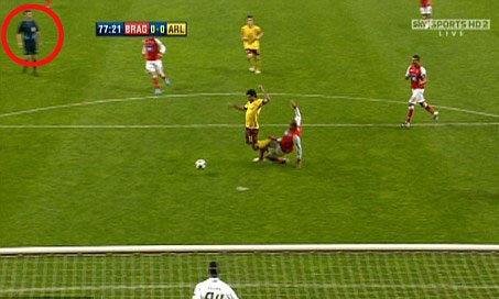 Tình huống gây tranh cãi mà HLV Wenger viện dẫn.