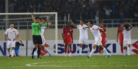 Khoảnh khắc buồn vui trái ngược giữa Việt Nam và Singapore khi trọng tài thổi còi hết trận.