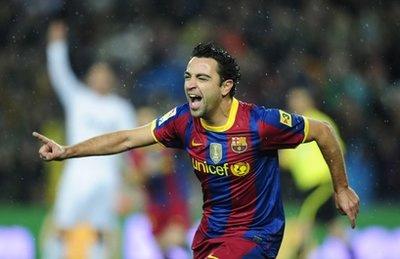 Xavi chia vui sau pha mở tỷ số trong trận Barca thắng Real 5-0 cuối tháng 11.