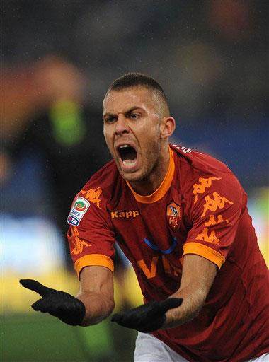Những gì diễn ra trước Bari cho thấy Roma sẽ phải nỗ lực hơn bội phần nếu muốn giành kết quả tốt khi làm khách trên sân Milan ở vòng tới. Ảnh: AFP.