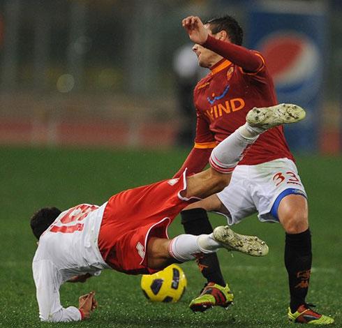 Roma có 3 điểm, nhưng chơi rất thiếu thuyết phục trước Bari (áo trắng). Ảnh: AFP.