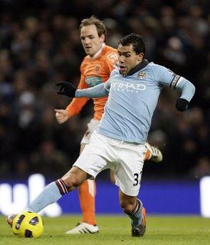 Man City (áo xanh) sẽ lại san bằng điểm số với MU nếu giành chiến thắng tối nay.