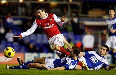 Arsenal (áo đỏ trắng) đang có cơ hội trong tay.