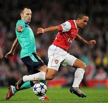 Iniesta và Walcott trong trận Arsenal thắng 2-1.