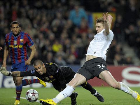 Barca từng khổ sở ở đầu trận tiếp Arsenal mùa trước vì sự vắng mặt của cặp Pique - Puyol.
