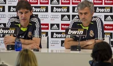 Mourinho (phải) ngồi im lặng, trong khi trợ lý của ông trả lời phỏng vấn.