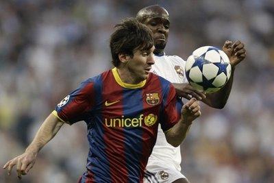 Các cầu thủ Real không thể cản được Messi trong hai tình huống quyết định.