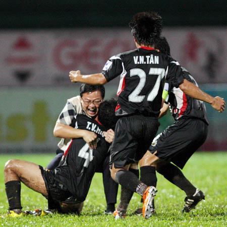 Giám đốc đều hành CLB Đồng Tâm Phạm Phú Hòa vào sân chia vui cùng các cầu thủ sau trận thắng HAGL