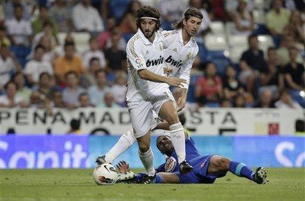 Real thiếu một tiền vệ trung tâm như Granero (áo trắng, bên trái) để ổn định tuyến giữa sau khi Khedira bị truất quyền thi đấu.