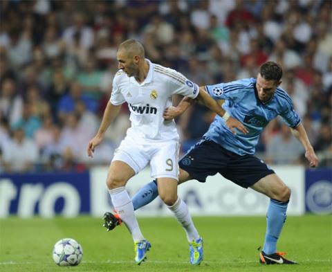 Benzema (áo trắng) ghi một bàn trong trận thắng Ajax 3-0 tại Champions League hôm thứ ba.