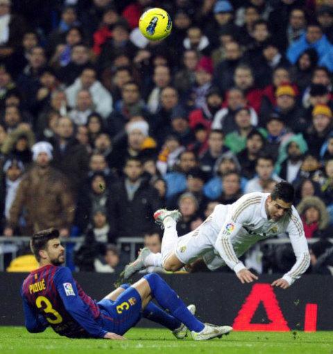 Ronaldo là hiện thân cho sự bất lực của Real trong trận thua Barca. Ảnh: AFP.