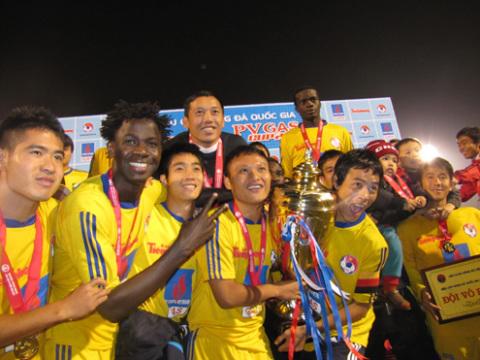 Các cầu thủ Sông Lam mừng chức vô địch.