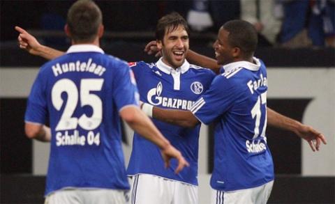 Raul (giữa) là một trong những tiền đạo hàng đầu tại Bundesliga.