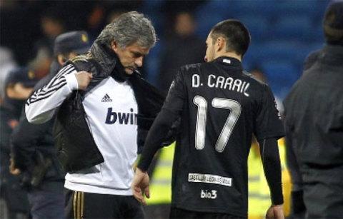 Carril háo hức chờ Mourinho cởi áo để tặng. Ảnh: Marca.