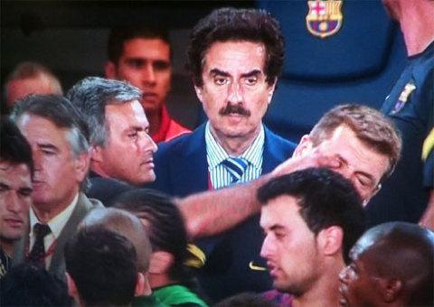 Mourinho móc mắt Tito Vilanova.