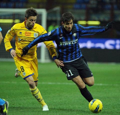 Alvarez sẽ là người gián tiếp đẩy Sneijder lên ghế dự bị lần đầu tiên ở các trận derby Milano. Ảnh: AFP.