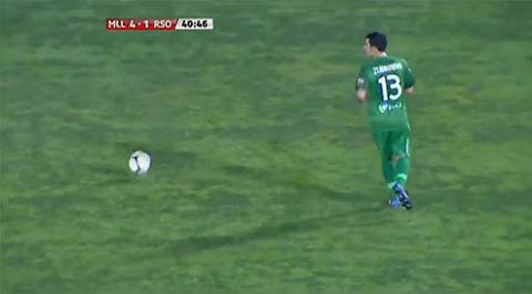 Thủ môn Zubikarai đã biếu đối phương một bàn thắng quý giá.