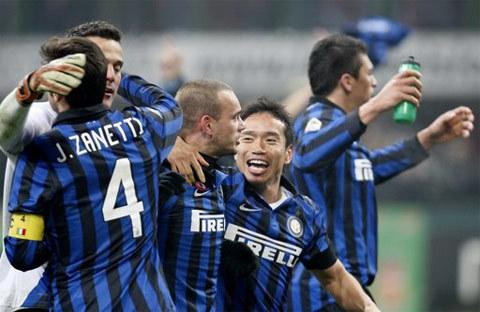 Cầu thủ Inter ôm nhau mừng chiến thắng quan trọng.