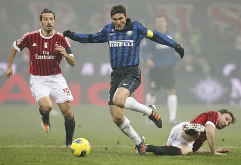 Milan (đỏ đen) không ngăn chặn nổi bước tiến thần tốc của Inter.