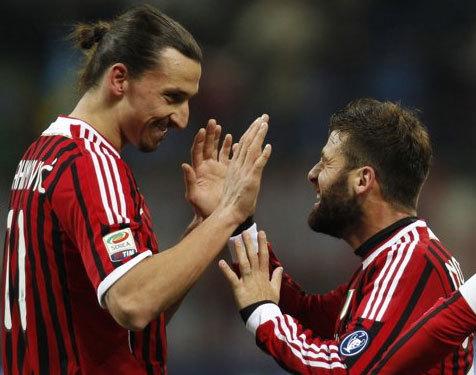 Ibrahimmovic (trái) mừng bàn thắng cùng đồng đội.
