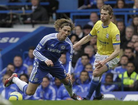 Chelsea (xanh) vẫn chưa thoát khỏi mớ bòng bong.