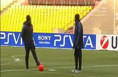 Mourinho (trái) trao đổi với một trợ lý trước tình huống sút 11m.