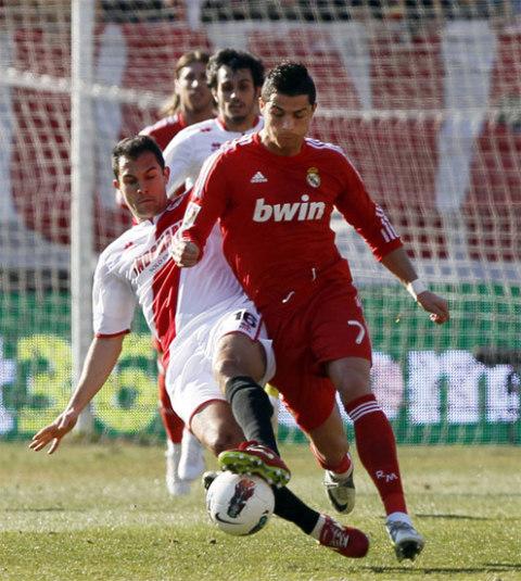 Ronaldo tranh bóng