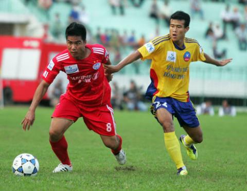 Tiền đạo Việt Thắng (áo đỏ) được tung vào sân hiệp hai cũng không thể giúp Bình Dương có bàn thắng. Ảnh: An Nhơn