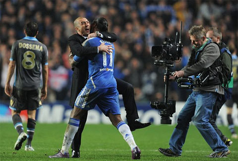 HLV Di Mateo ôm chầm lấy Drogba.