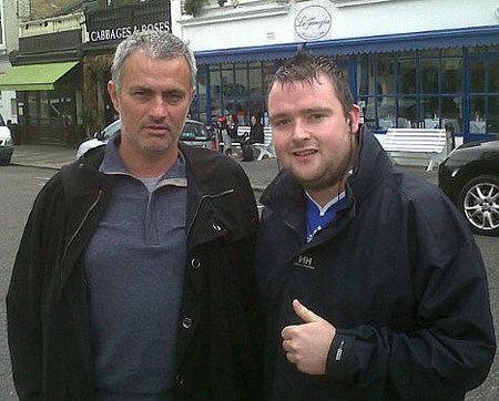 Mourinho chụp ảnh với một người hâm mộ.