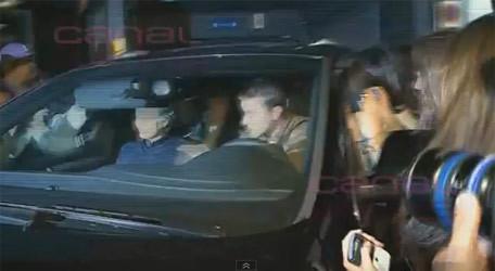 Cảnh hỗn loạn khi xe của cha con Mourinho rời khách sạn. Ảnh chụp màn hình.