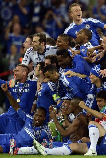 Cầu thủ Chelsea bên chiếc Cup danh giá.
