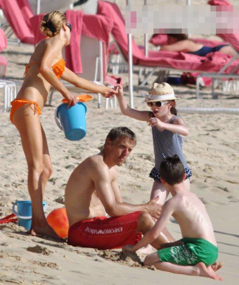 Mùa giải căng thẳng vừa kết thúc cũng là lúc các sao đưa gia đình đi nghỉ và Phil Neville cũng không phải là ngoại lệ.