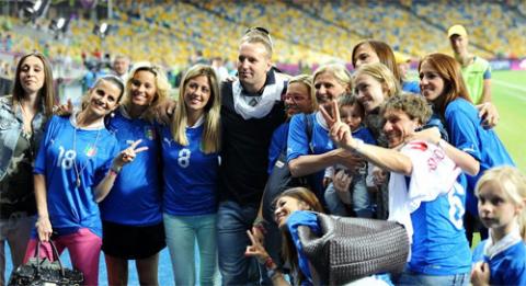 Dàn WAGs của Italy gồm các người đẹp đáng chú ý như Christina de Pin (mặc áo số 18), bạn gái tiền vệ Montolivo