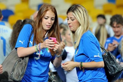 Roberta, bà xã Marchisio (phải) chăm chú xem ảnh.