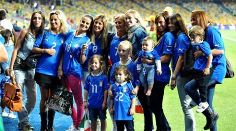 Vợ, bạn gái của các tuyển thủ Italy nán lại sân Olympic ở Kiev vui vẻ chụp ảnh kỷ niệm sau khi đội bóng của HLV Prandelli vượt qua tuyển Anh ở trận tứ kết tối qua.