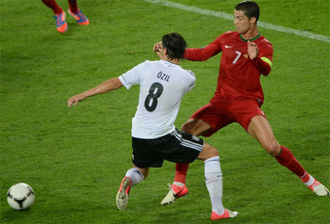 Oezil-v-Ronaldo-1340665924_480x0.jpg