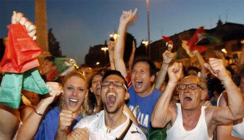 Các CĐV Italy không kể già, trẻ, gái, trai