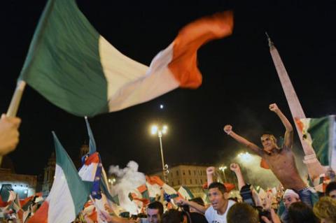 Các fan Italy phấn khích ăn mừng sau chiến thắng của đội nhà.