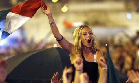 Fan nữ Italy ăn mừng