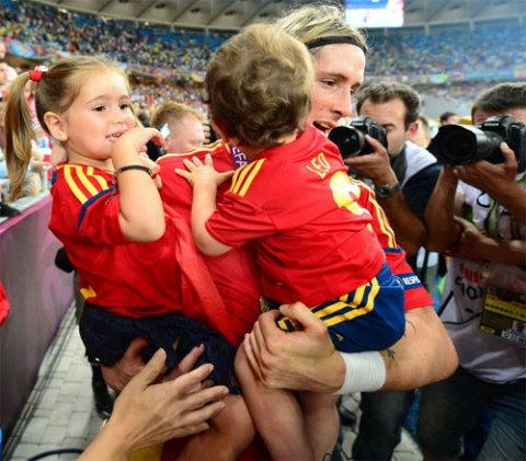 Torres ôm hai 'cục cưng'